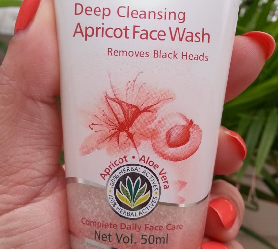 himalaya herbals deep cleansing apricot face wash review 1