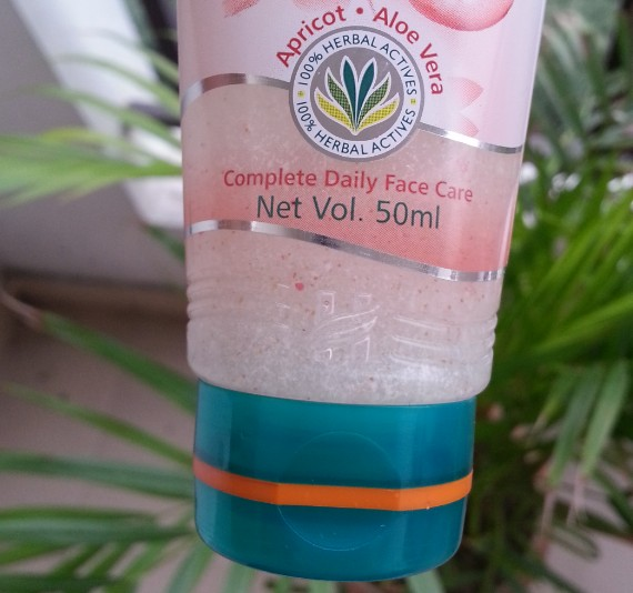 himalaya herbals deep cleansing apricot face wash review 4